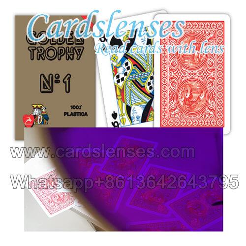 Troféu dourado marcado cartões invisíveis